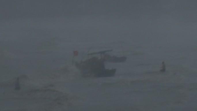 Bão số 9 đã vào Bà Rịa - Vũng Tàu, mưa rất to, cây ngã đổ, tàu chìm - Ảnh 6.