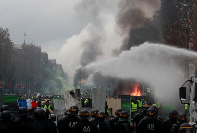Lửa và đụng độ: Điều gì diễn ra trong cuộc biểu tình chống tăng giá xăng ở Pháp? - Ảnh 6.