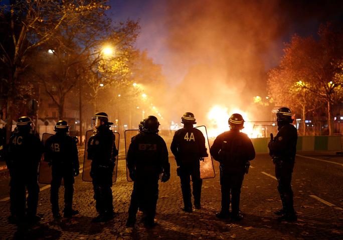 Lửa và đụng độ: Điều gì diễn ra trong cuộc biểu tình chống tăng giá xăng ở Pháp? - Ảnh 4.