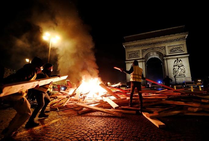Lửa và đụng độ: Điều gì diễn ra trong cuộc biểu tình chống tăng giá xăng ở Pháp? - Ảnh 2.