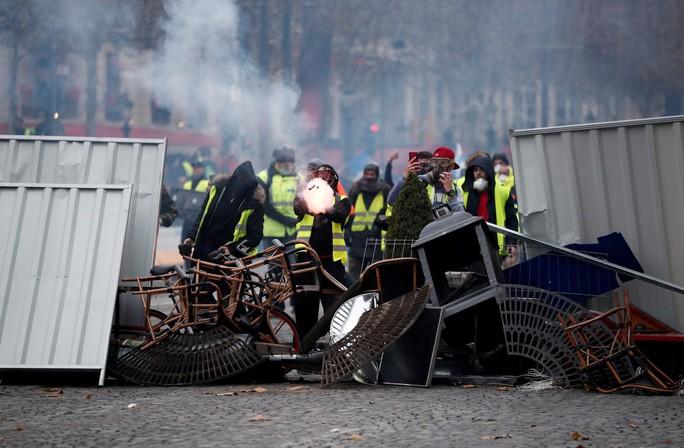 Lửa và đụng độ: Điều gì diễn ra trong cuộc biểu tình chống tăng giá xăng ở Pháp? - Ảnh 5.
