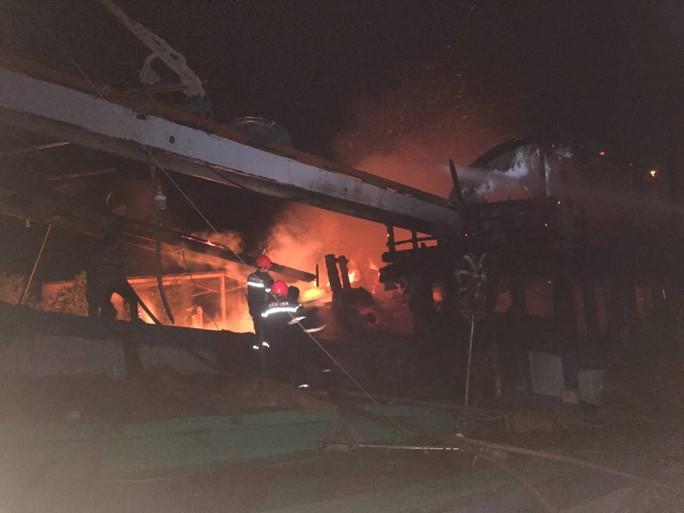 Cháy dữ dội 2 tàu cá khi đang tránh trú bão số 9 ở Bến Tre - Ảnh 1.