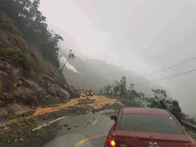 Khánh Hòa: Cấm xe lên đèo Khánh Lê vì mưa lớn, sạt lở liên tục - Ảnh 1.