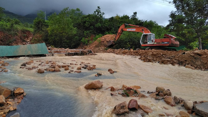 Đường ở Nha Trang biến thành suối, đá tảng lăn đầy đường - Ảnh 7.