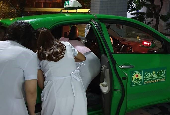Tài xế đỡ đẻ cho sản phụ trên taxi trong đêm mưa gió - Ảnh 2.