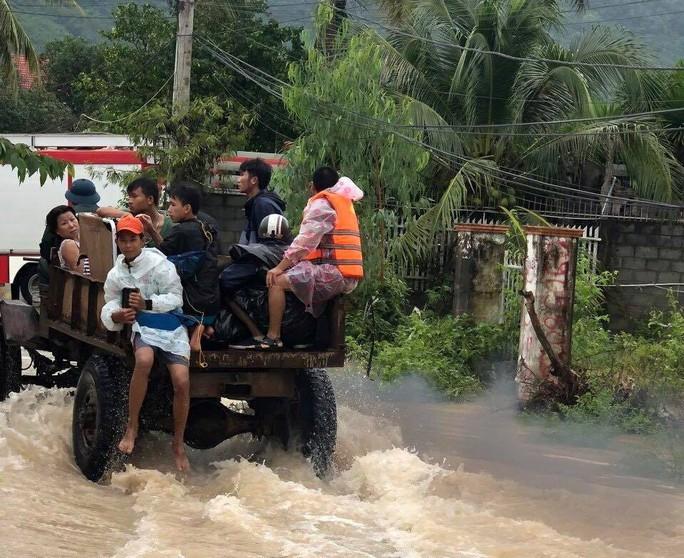 Khánh Hòa: Cầu sập, cô lập nhiều nơi do ảnh hưởng bão số 9 - Ảnh 11.