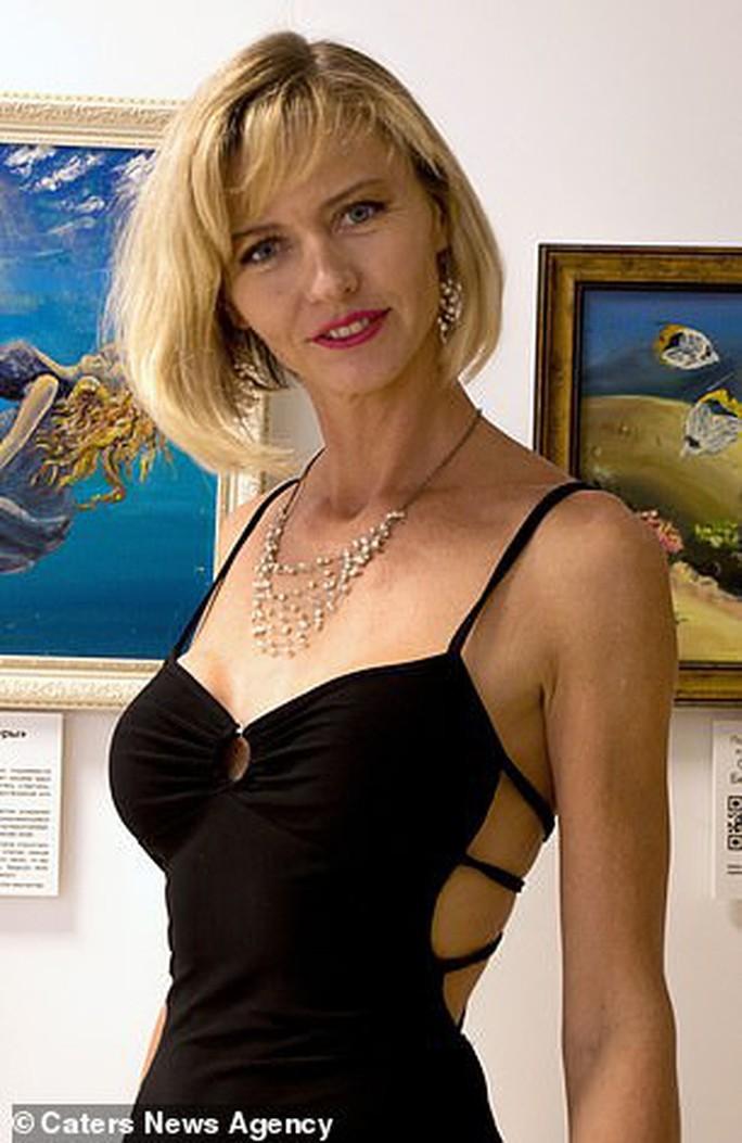 Họa sĩ vẽ tranh dưới đáy đại dương, người mẫu phải lặn theo - Ảnh 7.