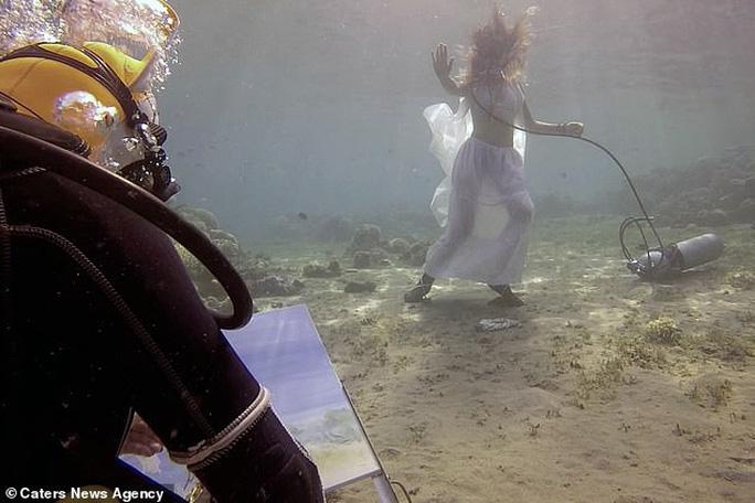 Họa sĩ vẽ tranh dưới đáy đại dương, người mẫu phải lặn theo - Ảnh 2.