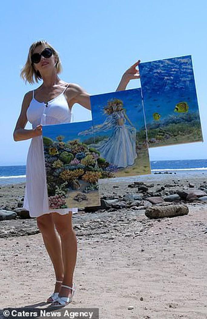 Họa sĩ vẽ tranh dưới đáy đại dương, người mẫu phải lặn theo - Ảnh 5.
