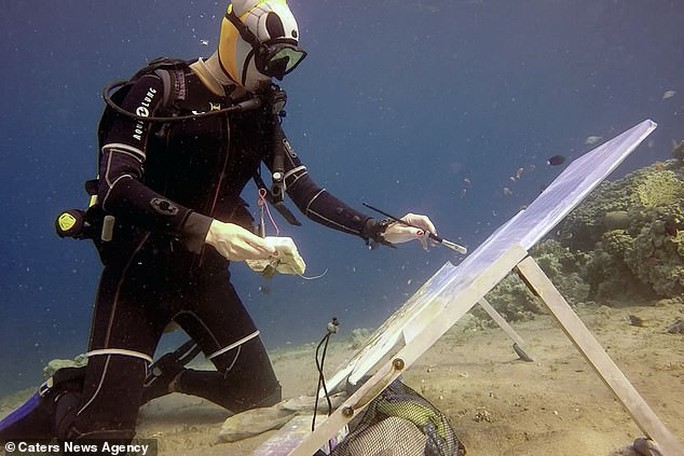Họa sĩ vẽ tranh dưới đáy đại dương, người mẫu phải lặn theo - Ảnh 1.