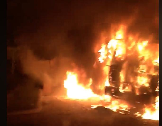 Xe đầu kéo bốc cháy dữ dội khi đang bị CSGT xử lý trong đêm - Ảnh 1.