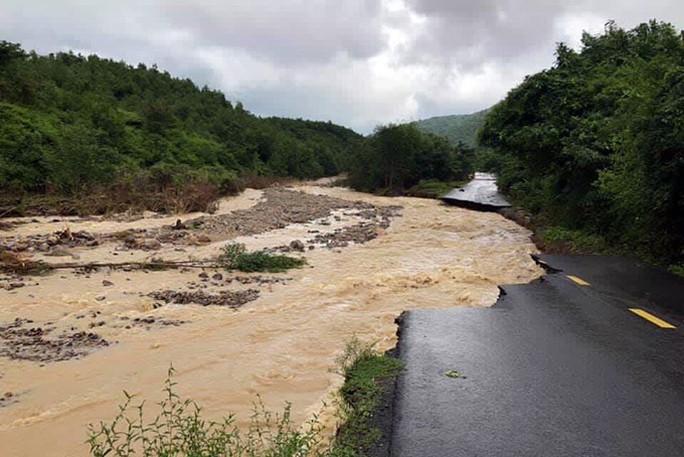 Khánh Hòa: Cầu sập, cô lập nhiều nơi do ảnh hưởng bão số 9 - Ảnh 4.