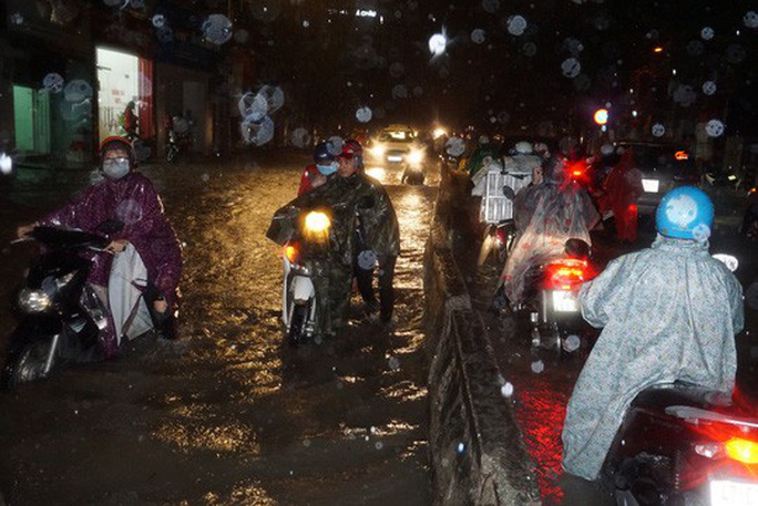 Ảnh hưởng bão số 9: TP HCM mưa lớn, cây gãy đổ đè chết người đi đường - Ảnh 4.