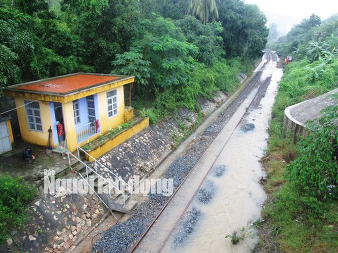Đường sắt tê liệt vì mưa lớn, khoảng 2.500 khách bị kẹt - Ảnh 1.