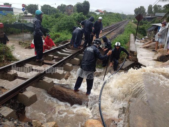 Đường sắt tê liệt vì mưa lớn, khoảng 2.500 khách bị kẹt - Ảnh 2.