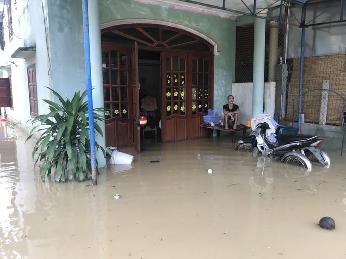 Đường ở Nha Trang biến thành suối, đá tảng lăn đầy đường - Ảnh 14.