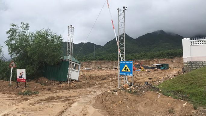 Đường ở Nha Trang biến thành suối, đá tảng lăn đầy đường - Ảnh 9.