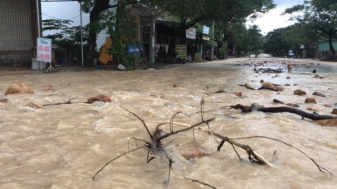 Đường ở Nha Trang biến thành suối, đá tảng lăn đầy đường - Ảnh 5.