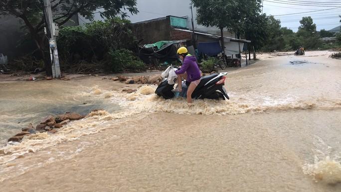 Đường ở Nha Trang biến thành suối, đá tảng lăn đầy đường - Ảnh 4.