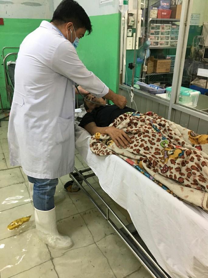 Bệnh viện ngập sâu, bác sĩ lội nước cấp cứu bệnh nhân - Ảnh 2.