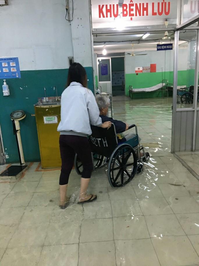 Bệnh viện ngập sâu, bác sĩ lội nước cấp cứu bệnh nhân - Ảnh 1.