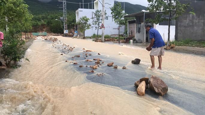Đường ở Nha Trang biến thành suối, đá tảng lăn đầy đường - Ảnh 3.
