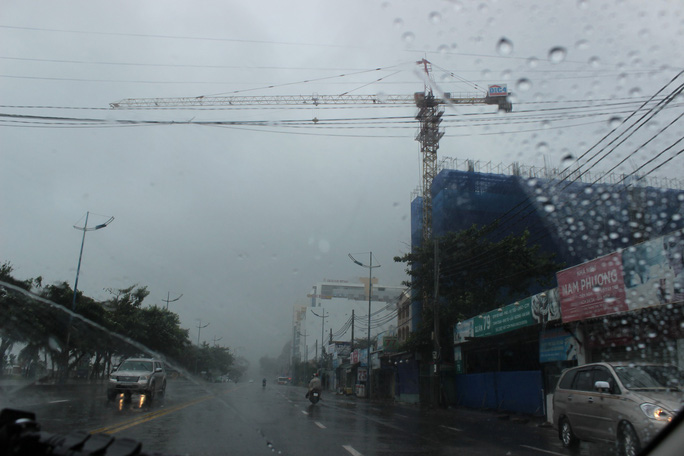 Bão số 9 đã vào Bà Rịa - Vũng Tàu, mưa rất to, cây ngã đổ, tàu chìm - Ảnh 9.