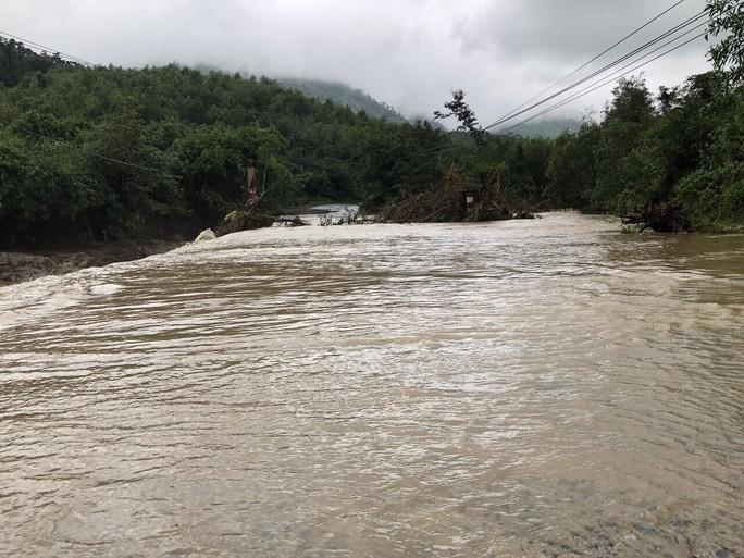 Khánh Hòa: Cầu sập, cô lập nhiều nơi do ảnh hưởng bão số 9 - Ảnh 2.