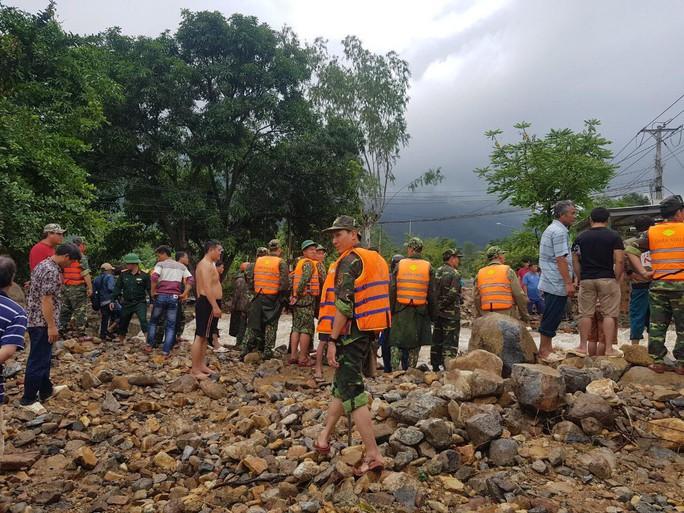 Khánh Hòa: Cầu sập, cô lập nhiều nơi do ảnh hưởng bão số 9 - Ảnh 13.