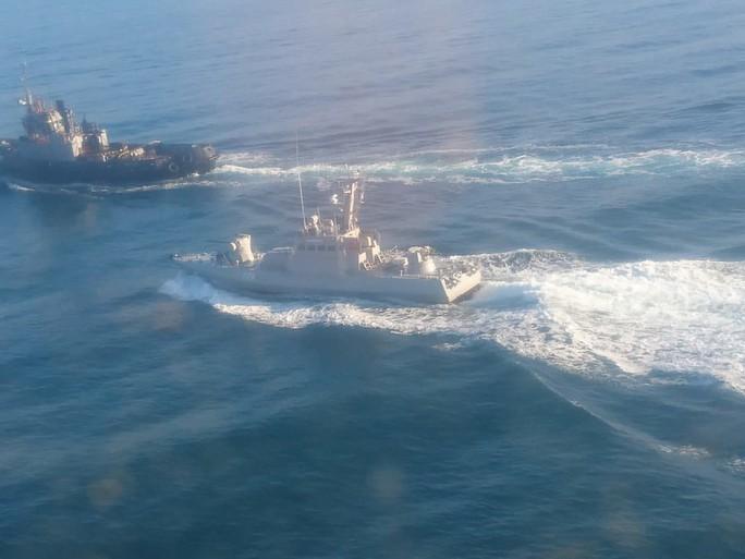 Cận cảnh tàu Ukraine cố áp sát Crimea bất chấp Nga xua đuổi - Ảnh 2.