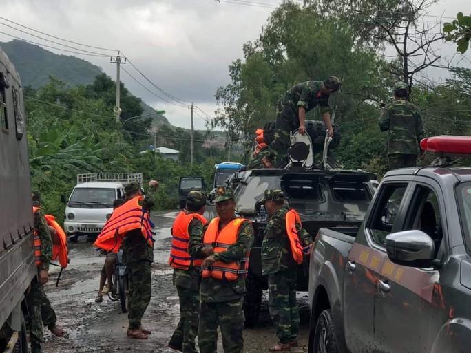 Khánh Hòa: Cầu sập, cô lập nhiều nơi do ảnh hưởng bão số 9 - Ảnh 9.