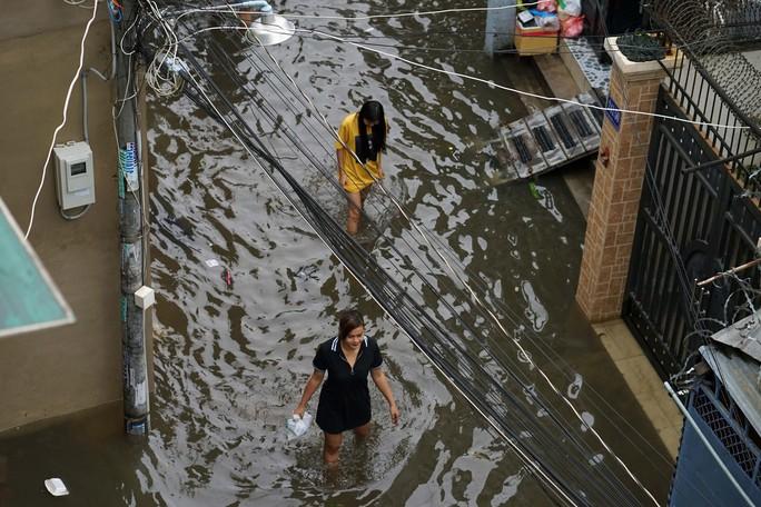 Cận cảnh ngập lụt trong nhà, ngoài ngõ ở TP HCM - Ảnh 15.