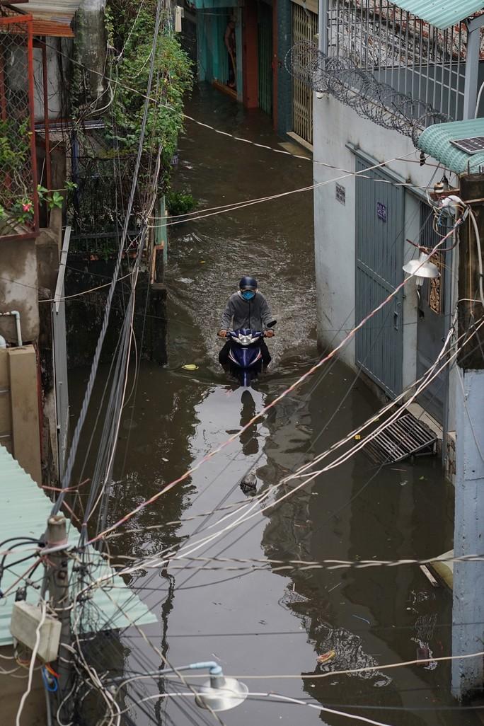 Cận cảnh ngập lụt trong nhà, ngoài ngõ ở TP HCM - Ảnh 14.