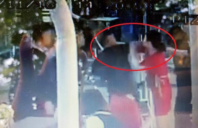 Thêm video chi tiết 3 nam thanh niên đánh 2 nữ nhân viên hàng không - Ảnh 2.