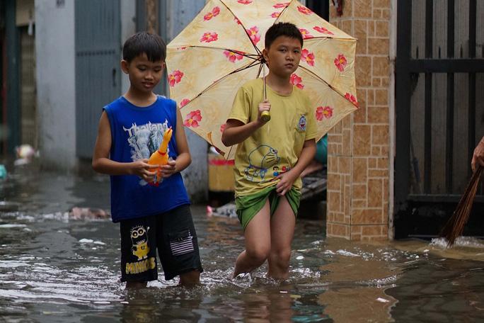 Cận cảnh ngập lụt trong nhà, ngoài ngõ ở TP HCM - Ảnh 10.