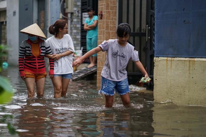 Cận cảnh ngập lụt trong nhà, ngoài ngõ ở TP HCM - Ảnh 9.