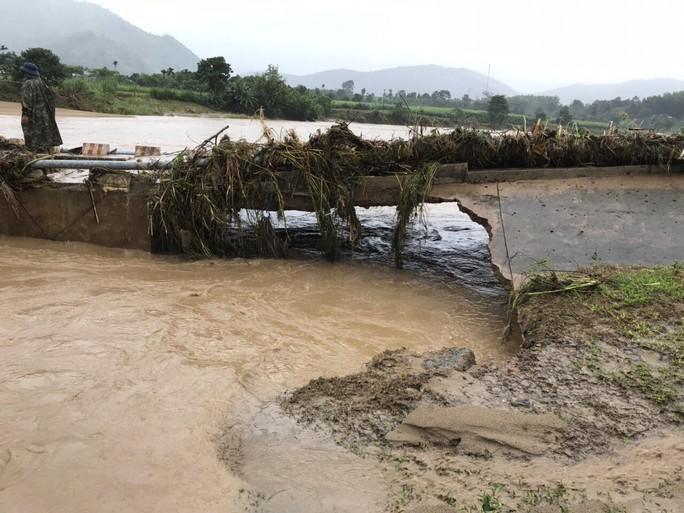 Khánh Hòa: Cấm xe lên đèo Khánh Lê vì mưa lớn, sạt lở liên tục - Ảnh 4.