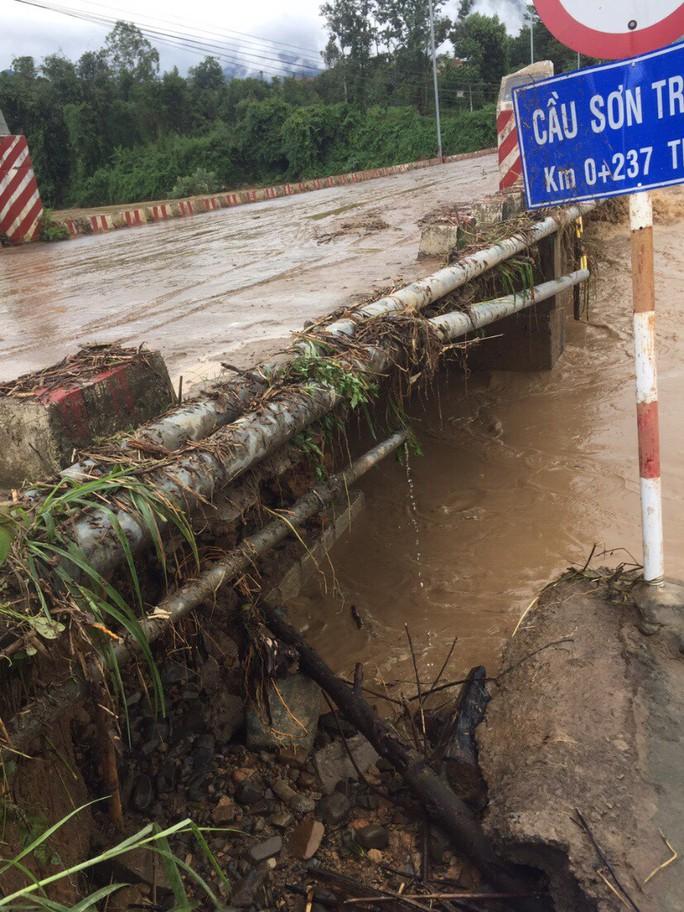 Khánh Hòa: Cấm xe lên đèo Khánh Lê vì mưa lớn, sạt lở liên tục - Ảnh 3.