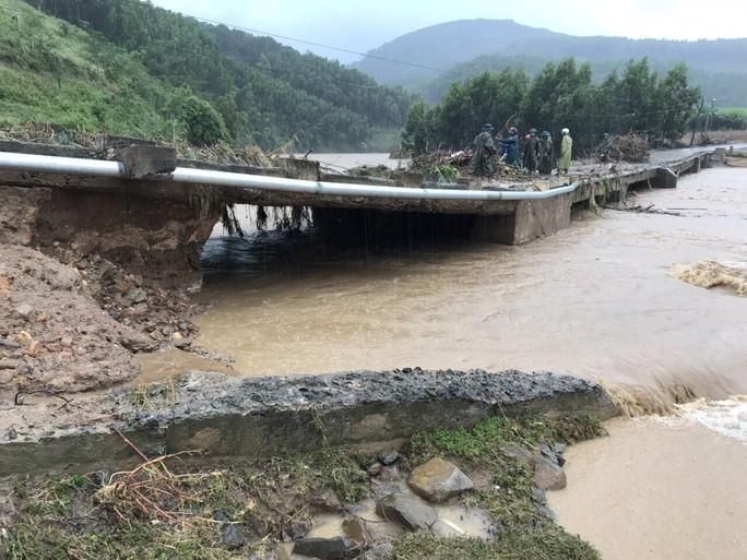 Khánh Hòa: Cấm xe lên đèo Khánh Lê vì mưa lớn, sạt lở liên tục - Ảnh 2.