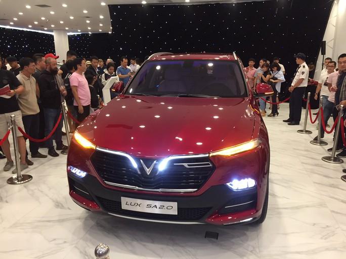 Chen nhau xem ôtô VinFast ra mắt tại TP HCM - Ảnh 6.