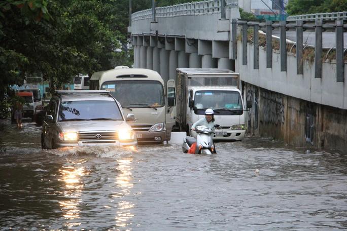 Sáng 26-11, TPHCM nhiều nơi vẫn ngập sâu, rác, nhánh cây gãy la liệt - Ảnh 3.