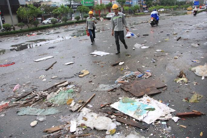 Sáng 26-11, TPHCM nhiều nơi vẫn ngập sâu, rác, nhánh cây gãy la liệt - Ảnh 4.