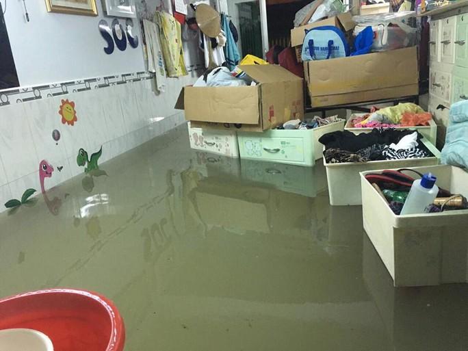 Cận cảnh ngập lụt trong nhà, ngoài ngõ ở TP HCM - Ảnh 4.