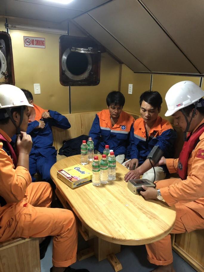 Cứu 3 thuyền viên rơi xuống biển do tàu va đá ngầm ở vịnh Vân Phong  - Ảnh 2.
