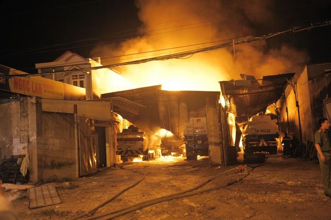 Cháy dữ dội kho xăng ở Nha Trang - Ảnh 5.