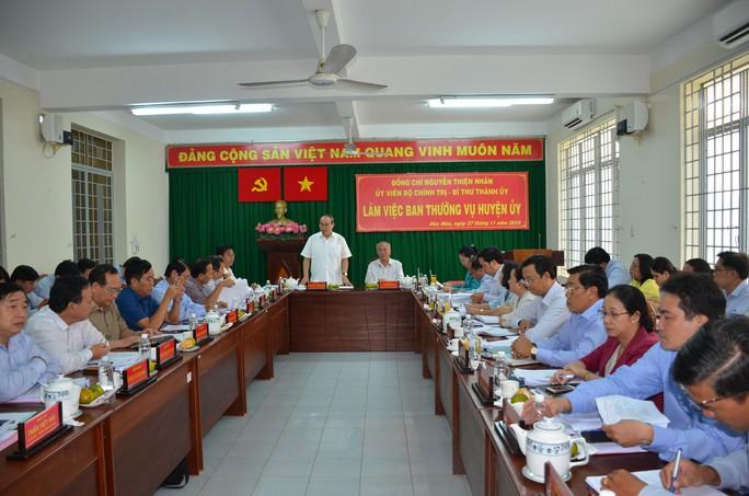 Bí thư Thành ủy TP HCM đề nghị Hóc Môn sớm gỡ vướng hồ sơ đất đai - Ảnh 1.