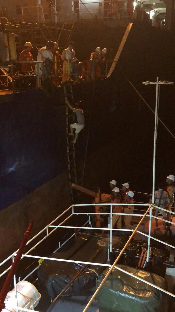 Cứu 3 thuyền viên rơi xuống biển do tàu va đá ngầm ở vịnh Vân Phong  - Ảnh 3.