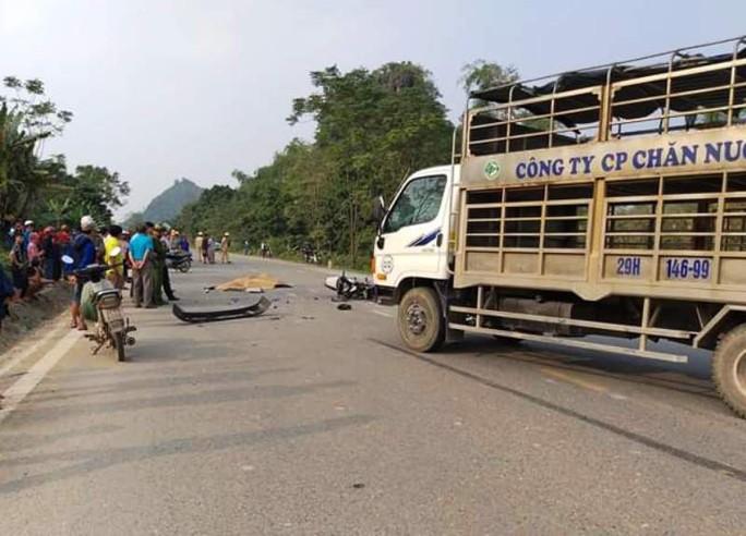 Bất ngờ tông thẳng vào xe tải, 2 người đi xe máy tử vong tại chỗ - Ảnh 1.