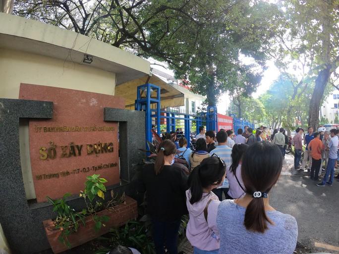 Hơn 100 người đến Sở Xây dựng TP HCM đòi nhà ở xã hội - Ảnh 1.