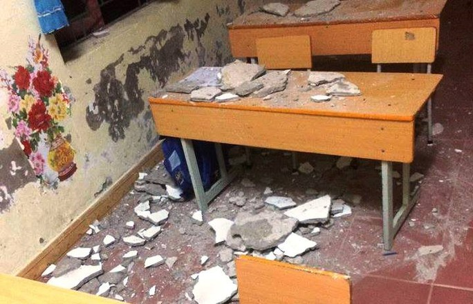 3 học sinh lớp 1 nhập viện vì mảng vữa trần nhà lớn rơi trúng - Ảnh 1.